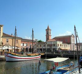 piazza ponte e barca antica