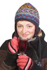 Junge Frau in Winterkleidung mit einem Glas Tee