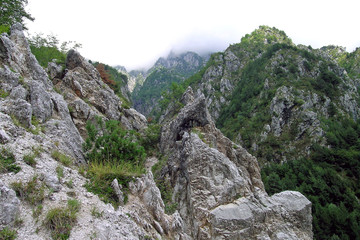 fra le rocce in montagna
