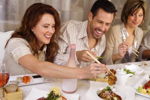 Grupa ludzi jedzących i towarzyskich w restauracji