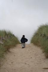enfant dans les dunes