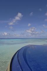 Piscine de spa sur fond de lagon