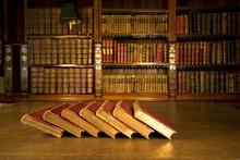 Alte Bücher in der klassischen Bibliothek