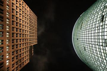 Zwei Gebäude am Potsdamer Platz in Berlin bei Nacht