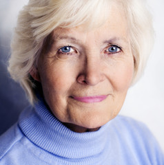Seniorin mit blauem Pullover