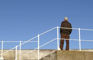Hombre mirando el horizonte