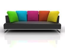 Czarny sofa z kolorowymi poduszkami na białym tle