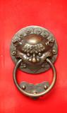 Agresivní ochránce nalézt na tradiční čínské dveře.