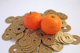 Populární čínské symboly bohatství: mandarinek a mince