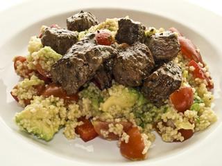 Rinfleisch auf cous cous salat