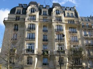 Paris, Immeuble de pierre blanche au soleil.