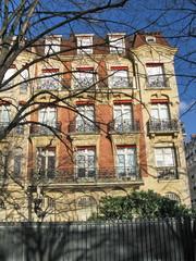 Paris, Immeuble de pierre et de briques