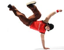 Cool aussehende Breakdancer posiert auf einem isolierten Hintergrund