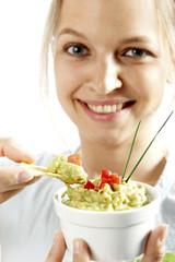 Frau mit Guacamole und chips