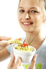 Frau mit chips und guacamole