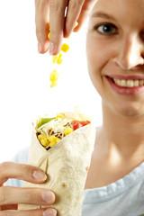 frau mit tortilla