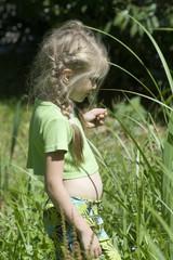 Das Mädchen im Gras