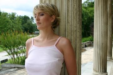 jeune femme blonde paisible