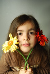 fillette dans les fleurs