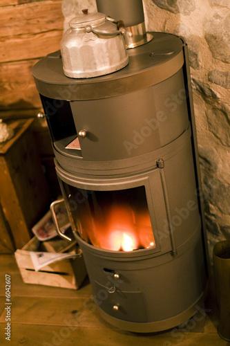 chauffage au bois avec po le et feu chalet de montagne. Black Bedroom Furniture Sets. Home Design Ideas