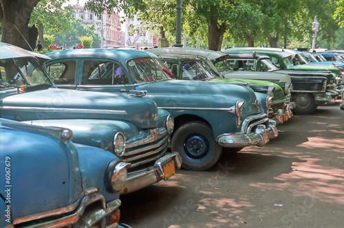 zaparkowane-stare-samochody-kuba