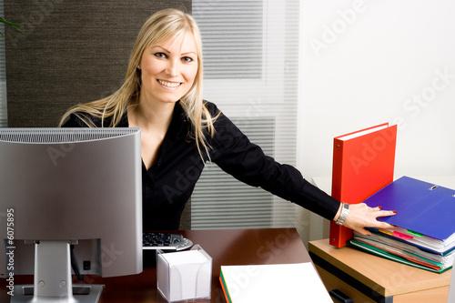 belle femme au bureau photo libre de droits sur la banque d 39 images image 6075895. Black Bedroom Furniture Sets. Home Design Ideas