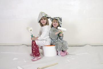 Kleine Mädchen beim Renovieren