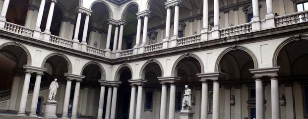 Colonnes de pierre dans un palais milanais