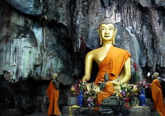bouddha dans une grotte, kanchanaburi