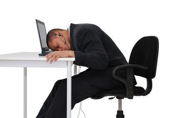 homme dormant sur son bureau
