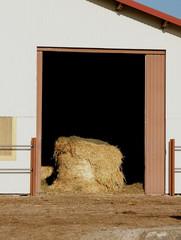 Porte de grange avec une botte de paille.