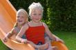 Mädchen auf einer Kinderrutsche