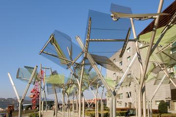 Arboles metalicos junto al palacio Euskalduna