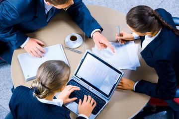 obraz trzech ludzi biznesu pracy na spotkaniu