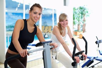 Zwei Freundinnen im Fitnessbereich