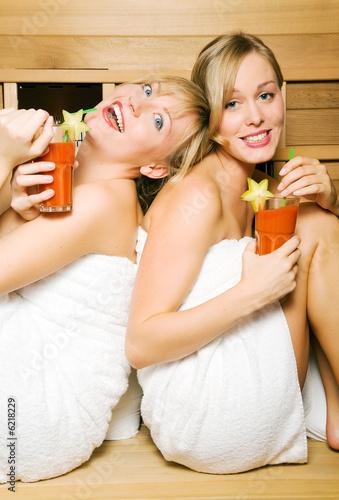 Freundinnen in der Sauna