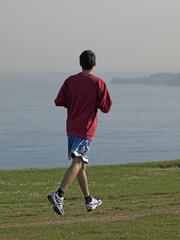 Adolescente corriendo por la costa