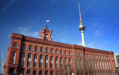 Rotes Rathaus und Fernsehturm in Berlin-Mitte