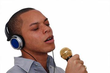 homme chantant au micro 2