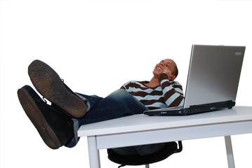 homme en conversation telephonique sur un bureau