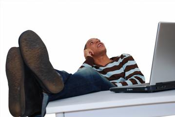 Homme posant les pieds sur la table