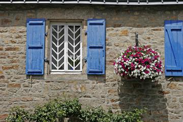 Guidel, blaues Fenster, Steinhaus, Bretagne
