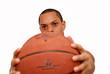 homme tendant un ballon de basket
