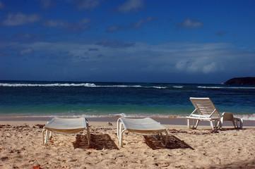 transats et chaises sur la plage