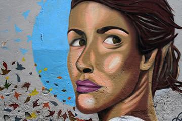 mujer joven en un graffiti. igualdad