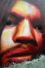 hombre joven en un graffiti. fuerza fisica