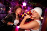 Zwei Freundinnen haben Spass in der Disco poster