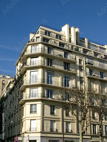 Façade d'immeuble moderne avec balcons, paris.