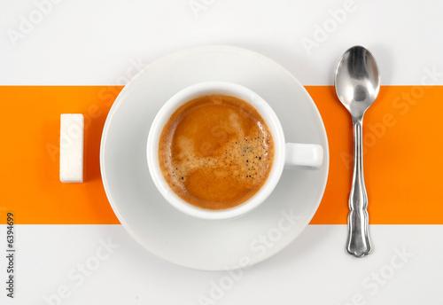 Café crème sur fond orange et blanc.