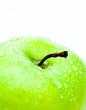 Ausschnitt von grünem Apfel mit Tropfen